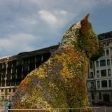 Voor de ingang staat de sculptuur van Jeff Koons, Puppy (1992)